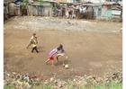 Foto å spille fotball i slummen, Jakarta