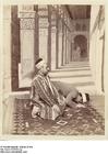Foto bedende muslimer i en moské