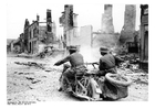 Foto soldater på motorsykkel passerer ruiner i Frankrike