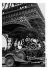 Foto soldater under Eiffeltårnet